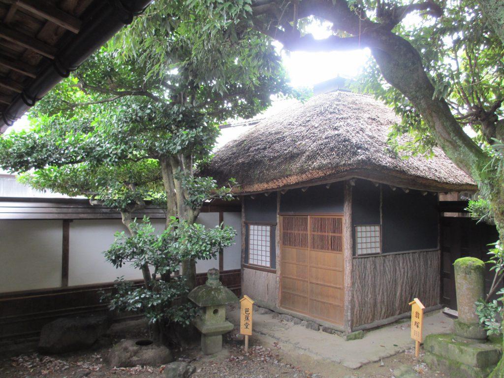 黒髪庵の翁塚と芭蕉堂